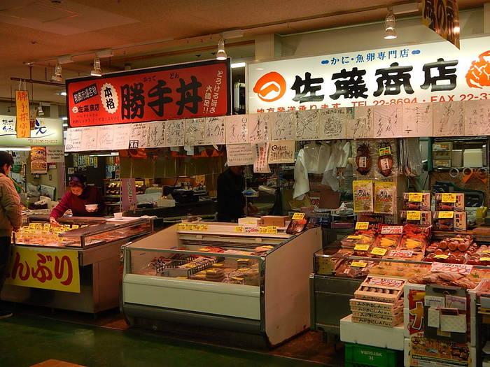 新鮮な海産物もたくさん販売しています。営業時間は8:00~17:00、季節によって日曜休業や時間延長などもあるので、営業時間を確認してからおでかけください。