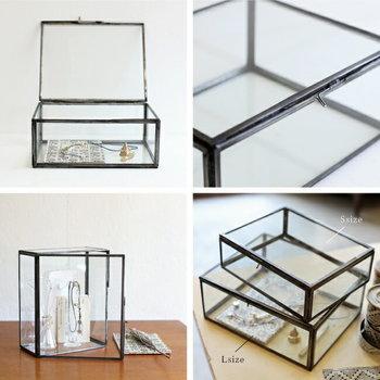 ジュエリーボックスの多くは、スペースが区切られている仕切りのあるものといないものの2種にわけることができそうです。 ガラスや木製ボックスに、ディスプレイするように収納するのも素敵ですし、仕切りを別に購入するのも◎