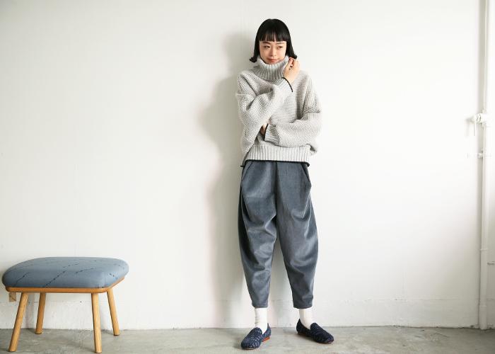 襟、袖、身ごろにボリューム感のある着心地の良いニット。太い毛糸で編んでいるニットなので、凸凹感もまた可愛いです。パンツにもスカートにも合わせやすいですよ。