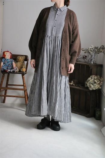 袖の丸みが可愛いニットカーディガン。ざっくりとしたサイズ感はラフに着こなしたいですね。ロング丈ワンピースでもワイドパンツでも相性◎。