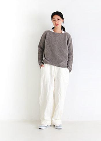 さらりと着れるボートネックのニットは一枚で着ても、シャツやワンピースの上から重ね着しても◎。ワイドパンツやロングスカートとの相性も良いです。
