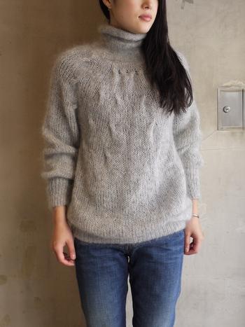 さりげなく入った胸元の編み柄が可愛いタートルモヘアニット。柔らかな質感のモヘアとさりげない編み柄が女性らしいです。デニムやワイドパンツと合わせても、女性らしく着こなせます。