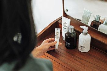 イマヤと化粧品メーカーAllison(アリソン)がコラボレーションかた生まれた「Irmaオーガニックコスメシリーズ」は、シャンプー、ヘアトリートメント、ボディローション、スキントニック、ハンドソープ、ハンドクリーム、リップポマードの7種類がラインナップ。 原料には、アロエベラ葉汁やアボカドオイル、シアバター、など天然由来成分が配合されていて、アプリコットをベースにした穏やかな香りとともに、髪やお肌を優しくいたわってくれます。