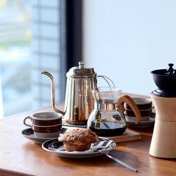 美味しいコーヒーを抽出できるポイントは、円錐形のドリッパー。円錐形のドリッパーは、直径1センチの穴が中央に1つだけあり、注いだお湯がその穴に集中して落ちるので、コーヒーの風味を逃がしません。また、ドリッパーの内側にある数本の溝が、お湯の落ちる速度を調整してくれるので、味の微妙な調整も可能。 まさに研究の末に完成した逸品。美味しさの4つの要素「酸味・甘味・コク・苦味」をバランス良く、そして美味しく引き出してくれる、まさにプロも認める日本を代表するドリッパーです。