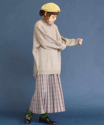 大きめシルエットが可愛いタートルプルオーバーニット。プリーツスカートやベレー帽と合わせてクラシカルな女性らしさを。今年はざっくりプルオーバーニットがおすすめです。