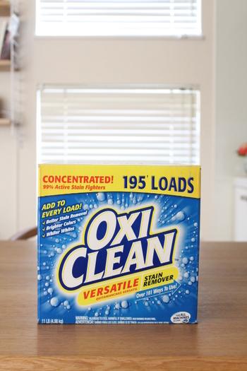 酸素系漂白剤を一躍有名にしたオキシクリーン。 成分は過炭酸ナトリウム(炭酸ソーダ)で、環境にもやさしい洗剤です。 洗濯からお掃除、つけ置きまで、用途が広いですよね。 衣類では30℃〜40℃、その他では40℃〜60℃と温度によって汚れの落ち方が変わります。