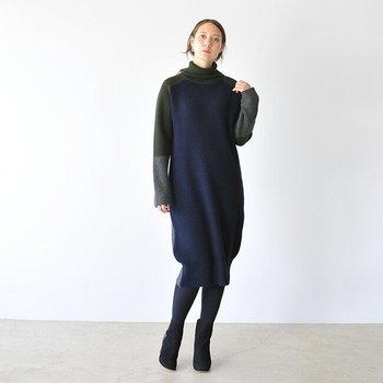 ハイネックのニットワンピースを、グレーのタイツと黒のショートブーツに合わせた着こなし。デザイン性の高いハイネックワンピを選べば、着るだけでコーディネートが完成するのが魅力ですね。