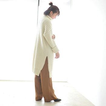 白のハイネックワンピースに、キャメルカラーのワイドパンツを合わせたリラックススタイル。暖かみのあるカラーリングが、どこか安心感のあるナチュラルコーデです。