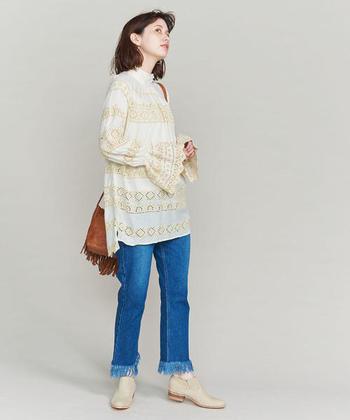 チュニック丈のハイネックブラウスなら、シンプルなデニムパンツと合わせるのもおすすめ。刺繍デザインの華やかアイテムは、シンプルなのに大人の女性らしい着こなしを叶えてくれます。