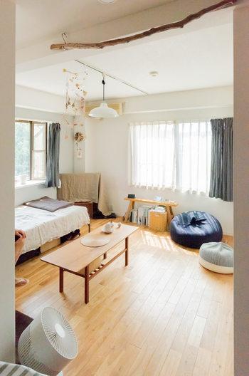 ベッドや棚などは脚付きのものを選ぶと、床の見える面積が広くなり、すっきりした印象に。掃除機がけもラクラクで、一石二鳥です。