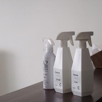 キッチンでは、酸性の油汚れに適した「アルカリ性の洗剤」。 水垢のようなアルカリ性の汚れに適した「酸性の洗剤」。 菌が繁殖しにくい環境をつくる「除菌剤」の、3つの洗剤を常備し、汚れを落としたり予防することで、排水溝をきれいに保てるようになります。