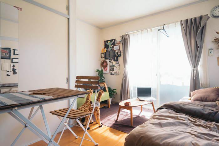 「お部屋を広く見せる」ことだけにこだわって家具を配置してしまうと、生活しづらくなってしまうことも。ごはんを食べる場所、寝る場所、くつろぐ場所…というふうに、目的別に場所を区切り、生活動線を考えて配置すれば過ごしやすいお部屋になります。