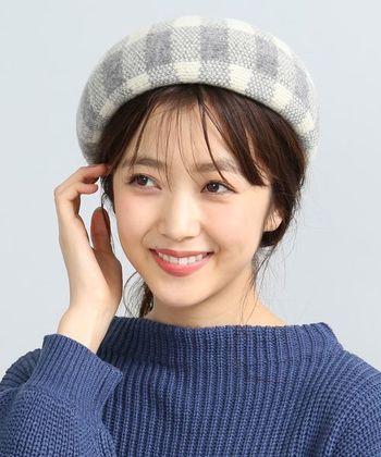 ブロックチェック柄のベレー帽は、グレーと白を使った爽やかなカラーリングがポイント。ウール素材の毛羽立ち感が、季節感をしっかりアピールしてくれます。