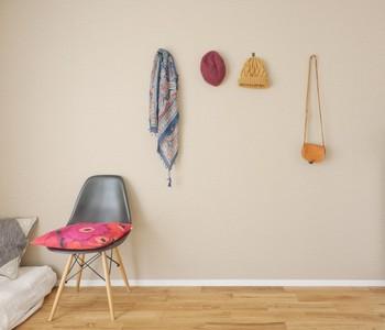 ポスターやアートを新しく買うのもいいですが、お気に入りのかばんやスカーフを壁に吊るすだけで、なんだかすてきなインテリアになりますよ。