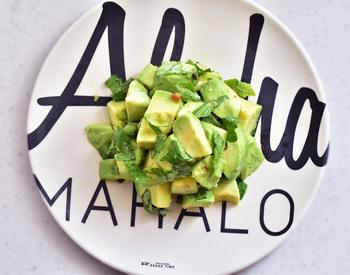 アボカドにセロリの葉を合わせたこちらのサラダは、鮮やかなグリーンがとっても綺麗ですね。セロリの葉×柚子胡椒の爽やかな香りは、クリーミーなアボカドとの相性も抜群です。彩の美しいおしゃれなサラダは、普段の食卓はもちろん、おもてなしシーンにもぜひおすすめです。