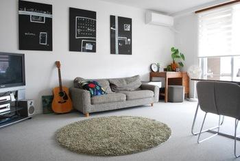 家具をすっきりと配置できたら、小物で自分らしさを演出するのも忘れずに。ポスターやアートは、貼るだけで個性的なお部屋に変えてくれるアイテムです。