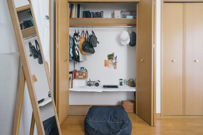 「お家でもバリバリ仕事や作業をしたい」という人は、なるべくベッドから離れた位置に作業テーブルとワーキングチェアを置くと、集中力がアップします。どうしてもスペースが確保できない場合は、クローゼットを作業台にするアイデアも◎。