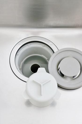 汚れは、その性質によって「酸性」と「アルカリ性」に区別されます。 市販されている洗剤には「酸性」「アルカリ性」「中性」があり、汚れの性質と真逆の性質の洗剤を使うことで、汚れを中和し落としやすくします。  ※油汚れ、黒カビなどは「酸性」 水垢は「アルカリ性」になります。