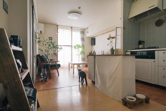 ゆったり広々としたお部屋でくつろいでいると、心に余裕ができます。たとえひとり暮らしさんのワンルームのお部屋でも、工夫次第で広く見せることができますよ。