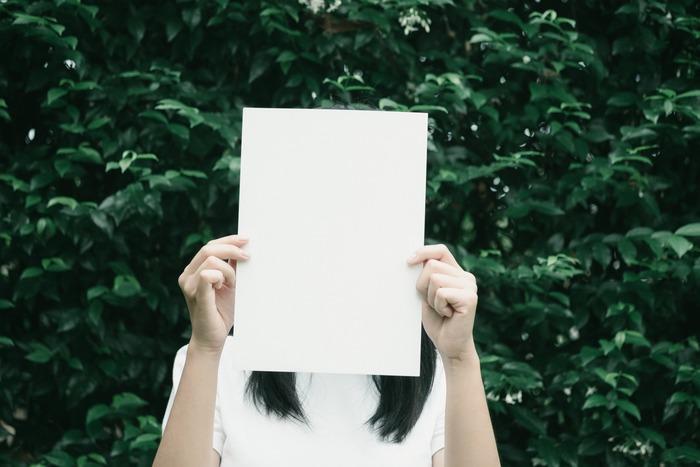 わたしたちは常に何かを考え、頭の中は言葉でいっぱいです。溢れかえるムダな考えをなくせば、心もスッキリとクリアな状態になれます。そのためには「言葉を消す」ことです。「あの人の言い方はひどすぎる」と考えていたとすれば、「あの人の……は……すぎる」→「……の……は……」→「……」というように、徐々に言葉を消して、沈黙を増やしていきます。