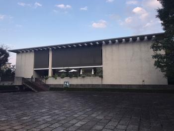「日本近代文学館」は、駒場公園内にある都会的な文学館です。明治以降の日本の近代文学、また現代文学の資料が展示されています。これまでの企画展では、川端康成、夏目漱石、芥川龍之介といった教科書でお馴染みの文豪たちが取り上げられ、貴重な資料も紹介されました。