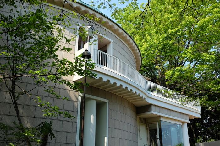 「県立神奈川近代文学館」は港の見える丘公園に隣接しているので、横浜観光の際に立ち寄りたい文学館です。神奈川県ゆかりの作家に関する資料を展示しています。本好きにはたまらない企画展を時期ごとに開催しているのも、魅力のひとつです。常設展示では、開港の地・横浜や、古都・鎌倉など歴史ある神奈川の地域ならではの作品が並びます。