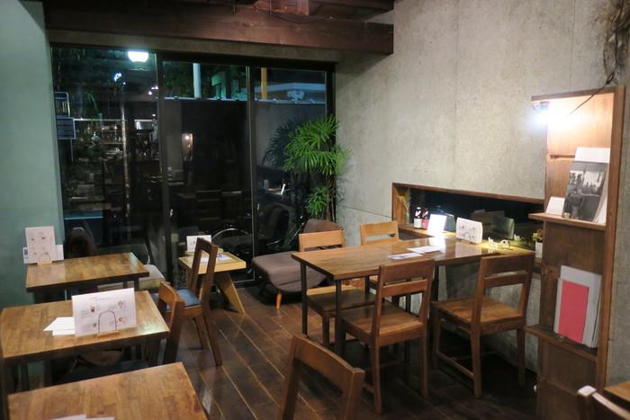 アパートの名残をとどめつつ、スタイリッシュな雰囲気に生まれ変わったHAGISO。HAGI CAFEの店内はウッド調のインテリアでまとめられ、ダウンライトが光る温もりのある雰囲気になっています。