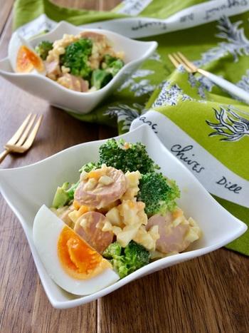 柔らか食感で甘みがある魚肉ソーセージとブロッコリーを自家製のタルタルで和えた「ブロッコリーと魚肉ソーセージのタルタル卵サラダ」。黄色とピンク、緑の鮮やかな色味が食卓を明るくしてくれます。