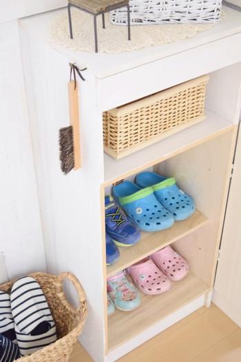シューズクロークもあるようですが、小さいお子さんには大きな扉が開けにくいようです。そんなときは、子ども用の靴を入れるボックスを設置し、通学用の靴とサッと履けるサンダル類を収納。