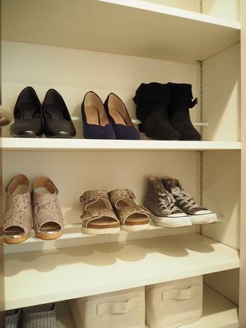 ヒールのある靴は、突っ張り棒にかかと側をひっかけておくだけで、棚部分が汚れにくく拭き掃除がしやすくなります。