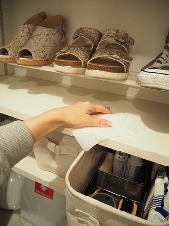 それ以外の靴は突っ張り棒を2本使って棚から浮かして収納。靴底に触れるところが少ない分、掃除が楽になります。
