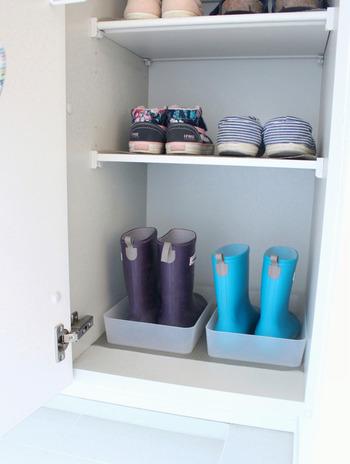 泥で汚れがちな長靴は、トレイに入れて収納するのがベスト。トレイの下にはニトリのキッチン用滑り止めマットを敷いて、長靴を出し入れするときにトレイがズレるストレスを解消。
