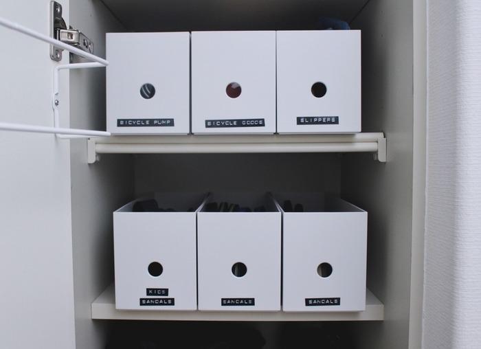 無印の1/2ファイルボックスに収納した履き物類を、種類別にラベリング。取り出しやすく収納しやすく、とっても機能的。