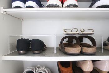 下駄箱内に置いた靴の上のデッドスペースにアクリル棚を設置し、サンダルなどの軽い履き物を収納。空間を無駄なく活用できますね。