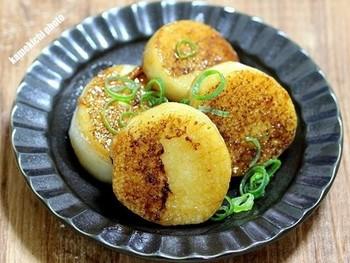 大和芋をあ2cmほどの厚めにカットして、こんがり焼いてステーキに。バター醤油に砂糖を加えた甘辛い味付けは、大人も子供もみんな大好き。サクサク、ほくほくの食感が楽しめます。