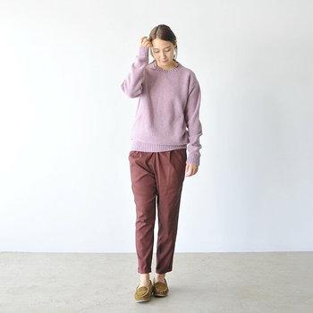 丸みを帯びたラインがきれいな「クルーネックセーター」。Vネックよりもメンズライクな雰囲気になるので、甘めの色や女性らしいアイテムと合わせて着たいですね。<FLAMAND(フラマン)>のメランジカラーニットは、裏表逆に仕立てたリブ編みの模様が、ベーシックなリブ編みとはひと味ちがう、こだわりを感じる一枚です。