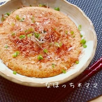 大和芋と卵、2つの材料だけで作れるふわふわ焼きのレシピ。めんつゆで味付けも簡単です。仕上げにネギとかつおぶしをトッピングして召し上がれ♪