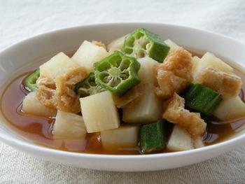 大和芋を煮物にすると、シャクホクの食感を楽しめます。同じく粘りのある食材オクラを加えて、彩りよく!