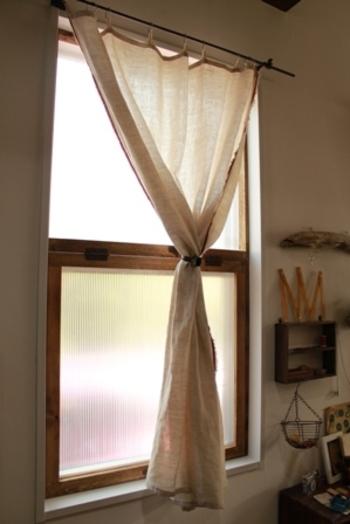 窓自体の断熱性を高めたいなら、ホームセンターなどで手に入れることのできるプラスチックの板・ポリカーボネートを貼ってみましょう。冷たい空気を防ぎ、結露が気になるときにも大活躍!