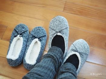 暖房をつけていても暖まりにくいのが【廊下】。特に床は冷えているので、素足ではつらいですよね。こんなふうに足元を包み込んでくれるルームシューズを履けばあたたかに♪厚手のソックスとの重ね履きもおすすめです。
