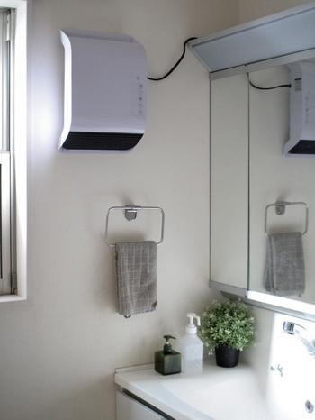 それでも寒いお部屋には、簡単に後付けできる暖房器具を。壁掛けのヒーターならスペースも取らず、洗面所でもすっきりと。