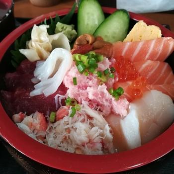 札幌中央卸売市場の近くで屋内に40店舗がまとまった「さっぽろ朝市」。さっぽろ朝市を訪れた際には「丼兵衛」がおすすめ。その日のネタが全てのっている「満足丼」や人気の「朝市丼」など、お店こだわりの海鮮丼が味わえます。