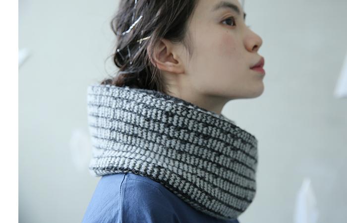 ざっくり編んだ首にフィットするニットネックウォーマー。ボリューム感と暖かさがあるので、トップスはカットソーやタイトなものと合わせるのがおすすめ。