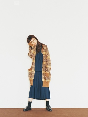 「ロング丈ニットカーディガン」は、スタイルカバーもできて何よりあったかい、冬に欠かせないニットアイテムです。今年は思い切って、存在感のある柄ものを選んでみては?<conges payes ADIEU TRISTESSE(コンジェペイエ アデュートリステス)>のカーディガンは、起毛したモヘア混の糸が、ふんわり柔らかく女性らしい雰囲気を出してくれます。インナーをシンプルにすれば派手すぎず、カーディガンの柄が適度にアクセントになります。