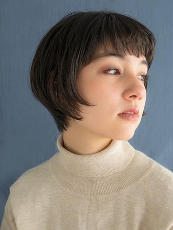 フェイスラインを隠すことで小顔効果もあり、シンプルながらも華やぎます。カラーも落ち着いたトーンにすることで、ニットも似合うこれからの季節にもぴったりのスタイリング。
