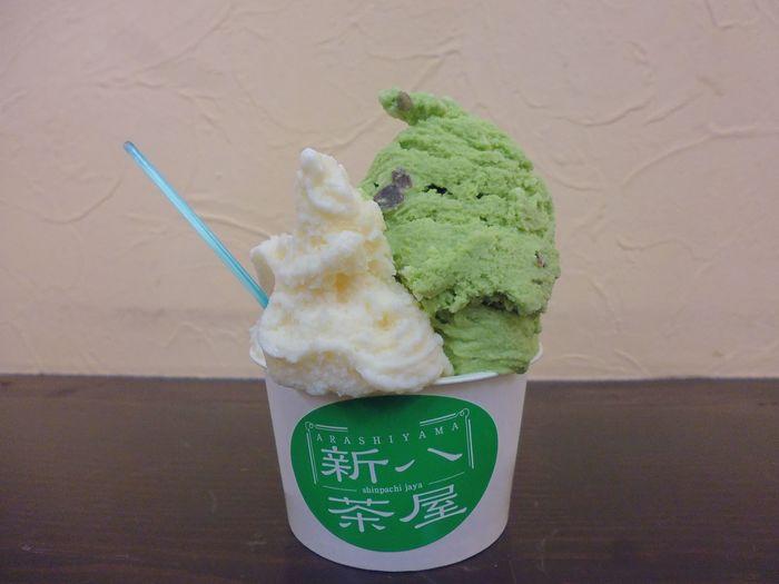 渡月橋のたもと(嵐山駅側)向かいに行列のあるジェラート店が見えたら、そこが「新八茶屋」です。イタリア国際ジェラートコンクールで優勝したこともあるジェラートの味は本格派。京都をイメージした抹茶浮島や、丹波黒豆きなこ・嵯峨豆腐といったフレーバーがありますよ。