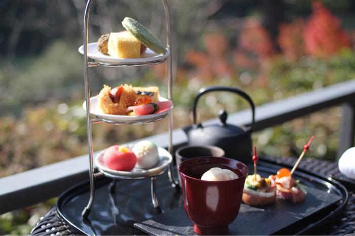 美しいお庭を楽しんだら、優雅なティータイムはいかがですか?ラグジュアリーホテルのカフェ「茶寮 八翠」では、人気のアフタヌーンティーをはじめ、のんびりとお茶をすることができますよ。天気がよければ、桂川を眺めながらゆっくりできるテラス席がおすすめです。