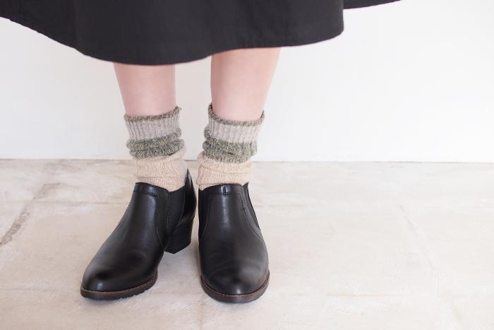 色がアクセントになる靴下を使った足元コーデも素敵ですよ。鮮やかな色だとハードルが高い場合は、肌に馴染みやすいカラーから取り入れてみましょう。<salvia(サルビア)>の「ニット靴下」は、ざっくり編まれているので締め付け感が少なく、重ね履きにもおすすめ。