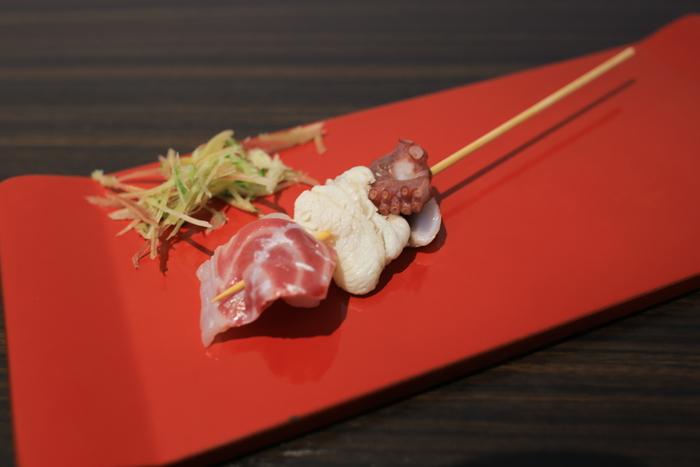 「輪島朝市」で朝食なら「朝市さかば」がおすすめです。日替わりの素材がのるリーズナブルな「能登丼」、ゴージャスな「海鮮丼」や食べ歩きもできる「串刺身」などがいただけます。