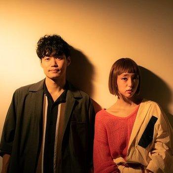 吉田沙良(ボーカル)と角田隆太(作詞/作編曲、ベース)からなるユニット「ものんくる」。ジャズを基軸にした独自のサウンドに詩情豊かな日本語詞を織り交ぜ、ジャンルの枠を超えた音楽を作り上げています。